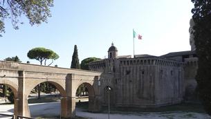 サン・ピエトロ大聖堂(バチカン)とサンタンジェロ城を結ぶパッセット・ディ・ボルゴと呼ばれる秘密の通路の写真素材 [FYI04860107]