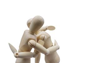抱き合ってキスをするデッサン人形の写真素材 [FYI04860225]
