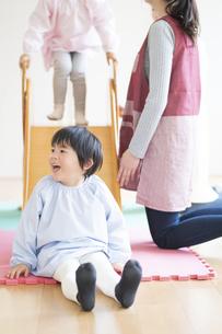 滑り台で遊ぶ園児の写真素材 [FYI04860257]