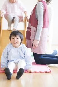 滑り台で遊ぶ園児の写真素材 [FYI04860258]