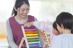 知育玩具で遊ぶ園児の写真素材 [FYI04860259]