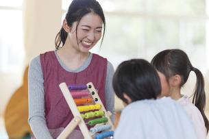 知育玩具で遊ぶ園児の写真素材 [FYI04860260]