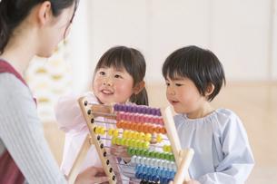 知育玩具で遊ぶ園児の写真素材 [FYI04860262]