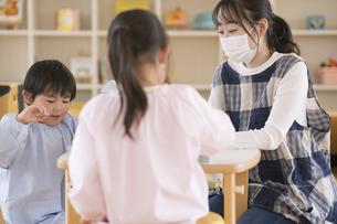 教室で遊ぶ子供と保育士の写真素材 [FYI04860264]