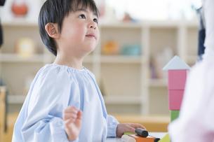 積み木で遊ぶ男の子の写真素材 [FYI04860265]