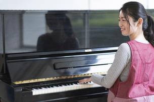 ピアノを弾く保育士の写真素材 [FYI04860270]