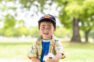 サッカーボールを持った男の子の写真素材 [FYI04860356]