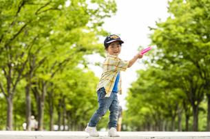 フリスビーを投げる男の子の写真素材 [FYI04860363]