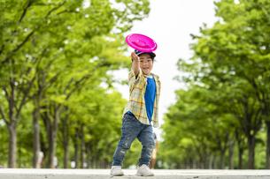 フリスビーを投げる男の子の写真素材 [FYI04860365]