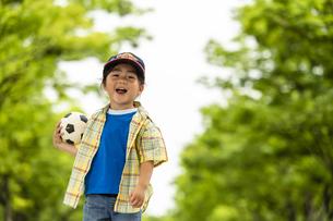 サッカーボールを持った男の子の写真素材 [FYI04860373]