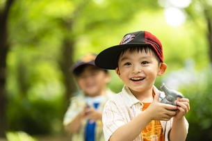 水鉄砲で遊ぶ男の子の写真素材 [FYI04860392]