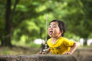 水飲み場で遊ぶ子供の写真素材 [FYI04860414]