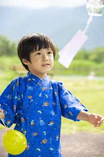 甚平を着た男の子の写真素材 [FYI04860465]