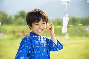 糸電話で遊ぶ子供の写真素材 [FYI04860470]