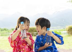 ラムネの瓶を持つ子供の写真素材 [FYI04860472]