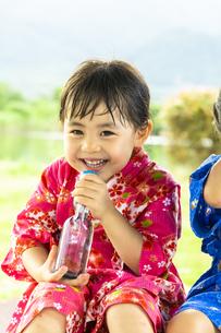ラムネを飲む女の子の写真素材 [FYI04860473]