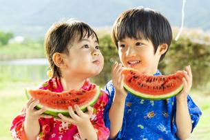 スイカを食べる子供の写真素材 [FYI04860474]