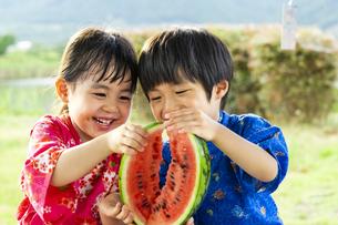 スイカを食べる子供の写真素材 [FYI04860475]