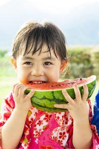 スイカを食べる子供の写真素材 [FYI04860494]
