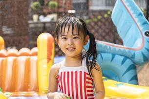 プールで遊ぶ子供の写真素材 [FYI04860505]