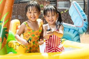 プールで遊ぶ子供の写真素材 [FYI04860510]