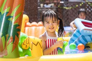 プールで遊ぶ子供の写真素材 [FYI04860513]