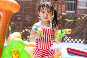 プールで遊ぶ子供の写真素材 [FYI04860520]