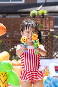 プールで遊ぶ子供の写真素材 [FYI04860521]