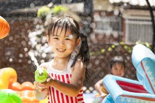 プールで遊ぶ子供の写真素材 [FYI04860523]