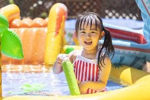 プールで遊ぶ子供の写真素材 [FYI04860525]