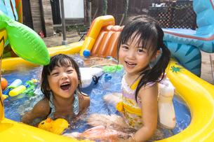 プールで遊ぶ子供の写真素材 [FYI04860540]