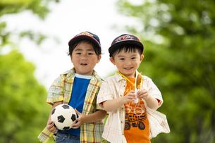 サッカーボールを持って並んで立つ男の子の写真素材 [FYI04860556]