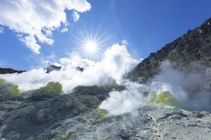 硫黄山の噴煙の写真素材 [FYI04860580]