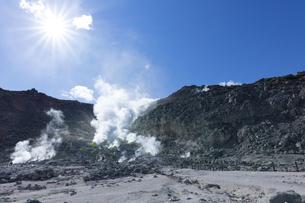 硫黄山の噴煙の写真素材 [FYI04860585]