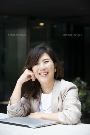 こちらを見て笑っている女性の写真素材 [FYI04860645]