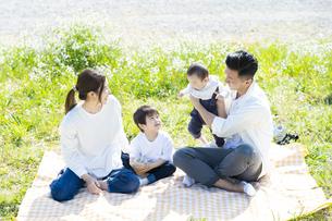 ピクニックを楽しむ親子の写真素材 [FYI04860660]