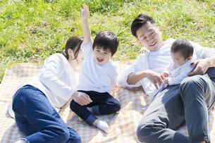 ピクニックを楽しむ親子の写真素材 [FYI04860667]