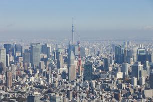 東京タワーと東京スカイツリーが同時に写った空撮写真の写真素材 [FYI04860703]