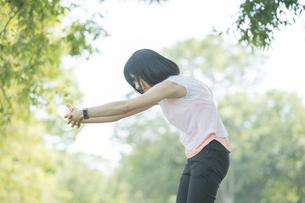 公園でヨガをする女性の写真素材 [FYI04860709]