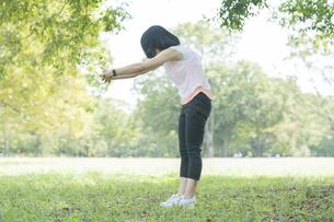 公園でヨガをする女性の写真素材 [FYI04860710]