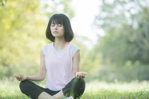 公園でヨガをする女性の写真素材 [FYI04860712]