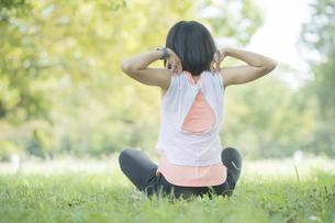 公園でヨガをする女性の写真素材 [FYI04860716]