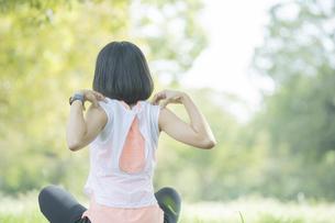 公園でヨガをする女性の写真素材 [FYI04860717]
