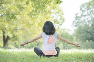 公園でヨガをする女性の写真素材 [FYI04860720]