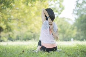 公園でヨガをする女性の写真素材 [FYI04860721]
