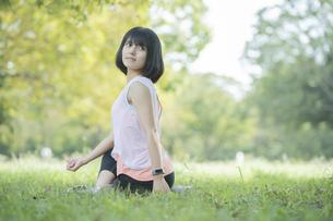 公園でヨガをする女性の写真素材 [FYI04860722]
