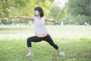 公園でヨガをする女性の写真素材 [FYI04860723]
