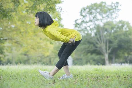 公園でヨガをする女性の写真素材 [FYI04860725]