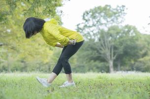 公園でヨガをする女性の写真素材 [FYI04860727]