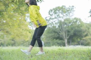 公園でヨガをする女性の写真素材 [FYI04860728]